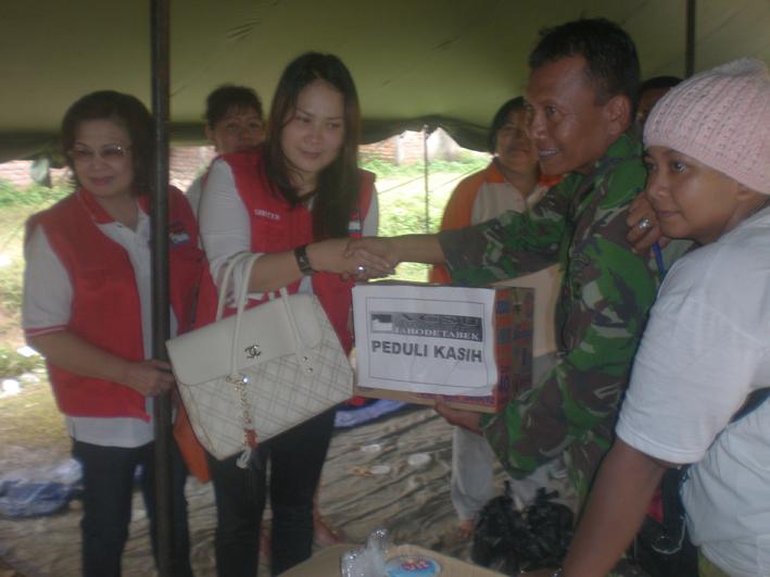 Ketua ACSU Jabodetabek Shanshan Runturambi menyerahkan bantuan kepada Posko Banjir  Pondok Gede Permai